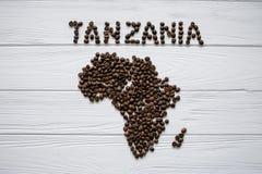 Χάρτης της Τανζανίας φιαγμένης από ψημένα φασόλια καφέ layin στο άσπρο ξύλινο κατασκευασμένο υπόβαθρο Στοκ Εικόνες