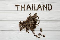 Χάρτης της Ταϊλάνδης φιαγμένης από ψημένα φασόλια καφέ που βάζουν στο άσπρο ξύλινο κατασκευασμένο υπόβαθρο Στοκ Εικόνα