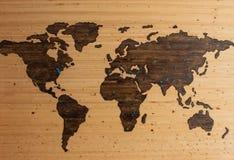 Χάρτης του κόσμου που χαράζεται στο ξύλο με τα μπλε σημεία που τοποθετούνται γύρω διανυσματική απεικόνιση