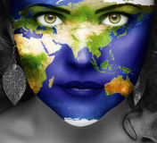 Χάρτης του κόσμου στο πρόσωπο του κοριτσιού Στοκ εικόνα με δικαίωμα ελεύθερης χρήσης