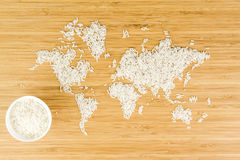 Χάρτης του κόσμου φιαγμένου από άσπρο ρύζι με το άσπρο κεραμικό κύπελλο στοκ φωτογραφία