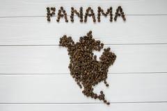 Χάρτης του Παναμά φιαγμένου από ψημένα φασόλια καφέ που βάζουν στο άσπρο ξύλινο κατασκευασμένο υπόβαθρο Στοκ Φωτογραφία