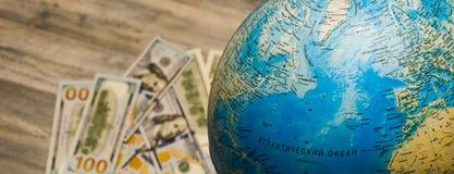 Χάρτης του πλανήτη Γη, και δολάρια Στοκ φωτογραφία με δικαίωμα ελεύθερης χρήσης