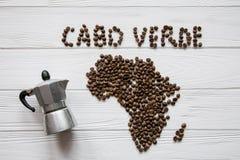 Χάρτης του Cabo Verde φιαγμένο από ψημένα φασόλια καφέ που βάζουν στο άσπρο ξύλινο κατασκευασμένο υπόβαθρο με τον κατασκευαστή κα Στοκ Φωτογραφίες