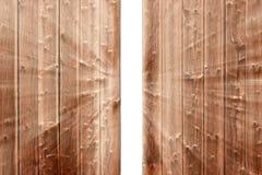 Χάσμα στην ξύλινη φραγή και το αναδυόμενο φως Στοκ φωτογραφίες με δικαίωμα ελεύθερης χρήσης