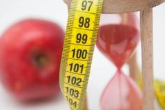 Χάστε την έννοια βάρους με την κόκκινη Apple και στενό επάνω μέτρου ταινιών Παχιά διαδικασία απώλειας καψίματος και βάρους ικανότ Στοκ Φωτογραφίες