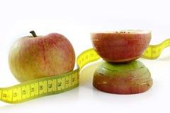 Χάστε το βάρος, το μήλο παίρνει τη λεπτή μέση, μέτρο ταινιών, που απομονώνεται στο wh Στοκ Εικόνα