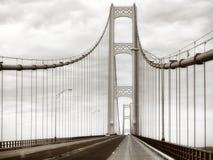 Χάλυβας γεφυρών Mackinac, γέφυρα αναστολής μετάλλων στην αναδρομική σέπια Στοκ Εικόνα