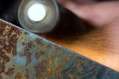 Χάλυβες που αλέθουν χρησιμοποιώντας το λειαντικό εργαλείο Στοκ Εικόνα