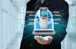 χέρια έννοιας κώδικα τραπεζικών καρτών που κρατούν Διαδίκτυο Στοκ φωτογραφία με δικαίωμα ελεύθερης χρήσης
