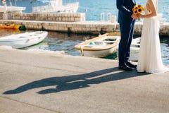 Χέρια λαβής Newlyweds στη θάλασσα κράτημα χεριών ζευγών Γάμος ι Στοκ φωτογραφίες με δικαίωμα ελεύθερης χρήσης