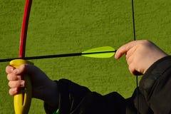 Χέρια αγοριών που προσπαθούν να κάνει το τσίμπημα να σύρει το ύφος της σειράς τόξων, που σύρει με το αριστερό χέρι Στοκ φωτογραφίες με δικαίωμα ελεύθερης χρήσης