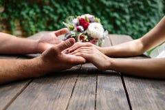 Χέρια ανδρών και μιας εκμετάλλευσης γυναικών στοκ φωτογραφία