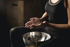Χέρια ανθρακικού άλατος μαγνήσιου κιμωλίας γυμναστικής που χτυπούν τη γυναίκα Στοκ Εικόνες