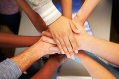 Χέρια από τους νέους των διαφορετικών φυλών που ενώνονται από κοινού Στοκ φωτογραφία με δικαίωμα ελεύθερης χρήσης