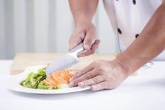 Χέρια αρχιμάγειρα που κόβουν την ντομάτα Στοκ φωτογραφία με δικαίωμα ελεύθερης χρήσης