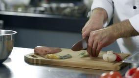 Χέρια αρχιμαγείρων που κόβουν την πρασινάδα στην κουζίνα Κινηματογράφηση σε πρώτο πλάνο των χεριών αρχιμαγείρων που κόβουν τα λαχ απόθεμα βίντεο