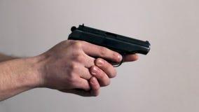 Χέρια ατόμων με ένα πυροβόλο όπλο απόθεμα βίντεο