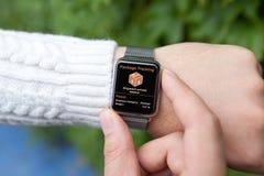 Χέρια ατόμων με την έξυπνη app ρολογιών αφής ακολουθώντας συσκευασία παράδοσης Στοκ Εικόνες