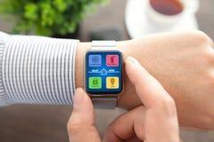 Χέρια ατόμων με το έξυπνο app ρολογιών έξυπνο σπίτι στην οθόνη Στοκ Φωτογραφίες