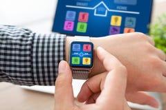 Χέρια ατόμων με app ρολογιών και σημειωματάριων την έξυπνη εγχώρια οθόνη Στοκ φωτογραφίες με δικαίωμα ελεύθερης χρήσης