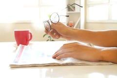 Χέρια ατόμων που διαβάζουν την εφημερίδα στοκ φωτογραφίες