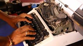 Χέρια ατόμων που λειτουργούν στην εκλεκτής ποιότητας χειρωνακτική γραφομηχανή απόθεμα βίντεο