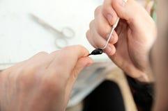 Χέρια ατόμων που κάνουν το χειροποίητο μικροσκοπικό πλαστικό παιχνίδι, χόμπι χειροτεχνίας διακοσμήσεων σπιτιών, δημιουργία ντεκόρ Στοκ Εικόνα