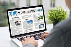 Χέρια ατόμων που κρατούν τον υπολογιστή με app τον καφέ οθόνης παγκόσμιων ειδήσεων Στοκ φωτογραφίες με δικαίωμα ελεύθερης χρήσης