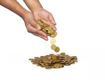 Χέρια ατόμων με τα χρυσά νομίσματα Στοκ Εικόνα