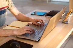 Χέρια ατόμων στο σημειωματάριο, εργασιακός χώρος επιχειρησιακών προσώπων Στοκ Εικόνες
