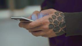 Χέρια ατόμων ` s που κρατούν το τηλέφωνο κυττάρων φιλμ μικρού μήκους