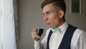Χέρια ατόμων ` s που κρατούν το φλιτζάνι του καφέ απόθεμα βίντεο