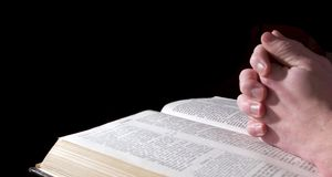 χέρια Βίβλων Στοκ Εικόνες