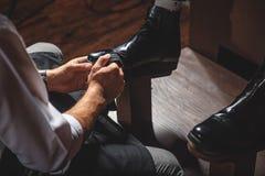 Χέρια βιοτεχνών που προετοιμάζουν τις μπότες για τη στίλβωση στοκ φωτογραφία με δικαίωμα ελεύθερης χρήσης