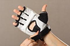 Χέρια βοήθειας να φορέσει ένα γάντι για τις πολεμικές τέχνες, κινηματογράφηση σε πρώτο πλάνο Στοκ φωτογραφίες με δικαίωμα ελεύθερης χρήσης