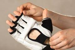 Χέρια βοήθειας να φορέσει ένα γάντι για τις πολεμικές τέχνες Στοκ εικόνα με δικαίωμα ελεύθερης χρήσης