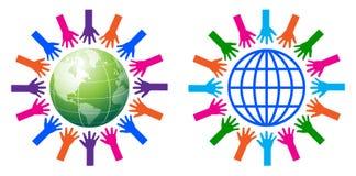 Χέρια βοηθείας σε όλο τον κόσμο Στοκ φωτογραφία με δικαίωμα ελεύθερης χρήσης
