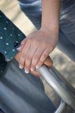 Χέρια βοηθείας στον περιπατητή της ηλικιωμένης γυναίκας Στοκ Εικόνα