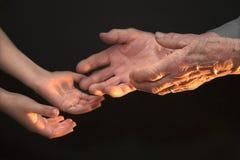 χέρια γιαγιάδων εγγονιών Στοκ Φωτογραφία