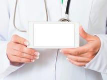 Χέρια γιατρού με το κινητό τηλέφωνο Στοκ φωτογραφία με δικαίωμα ελεύθερης χρήσης