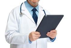 Χέρια γιατρών με τον υπολογιστή ταμπλετών στοκ φωτογραφία με δικαίωμα ελεύθερης χρήσης