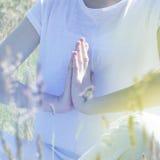 Χέρια γιόγκας για την περισυλλογή και το mindfulness, μαλακό τονισμένο ρομαντικό φίλτρο στοκ φωτογραφίες με δικαίωμα ελεύθερης χρήσης