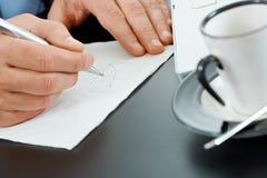 χέρια γραφικών παραστάσεων σχεδίων στοκ φωτογραφία με δικαίωμα ελεύθερης χρήσης