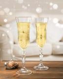 χέρια γυαλιών φλαούτων σαμπάνιας εορτασμού μπουκαλιών Στοκ Φωτογραφίες