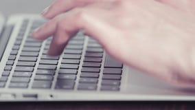 Χέρια γυναίκας που δακτυλογραφούν σε έναν φορητό προσωπικό υπολογιστή φιλμ μικρού μήκους