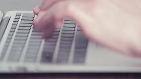 Χέρια γυναίκας που δακτυλογραφούν σε έναν φορητό προσωπικό υπολογιστή απόθεμα βίντεο