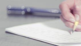 Χέρια γυναίκας που γράφουν με ένα μολύβι απόθεμα βίντεο