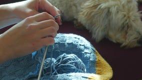 Χέρια γυναίκας που πλέκουν το μπλε πουλόβερ απόθεμα βίντεο