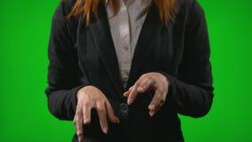 Χέρια γυναικών γραφείων που δακτυλογραφούν στη φανταστική επίδειξη που μιμείται την εργασία που χρησιμοποιεί τη φουτουριστική ολο απόθεμα βίντεο
